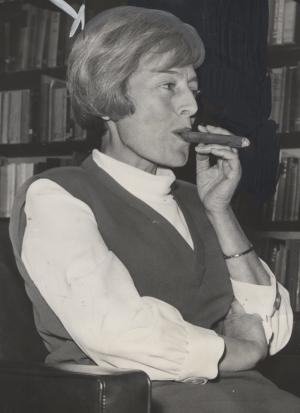EH-smoking-cigar-1964